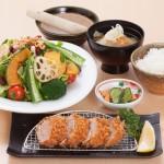 8種の健康サラダと選べるかつランチ(写真はヒレカツ[90g]です)